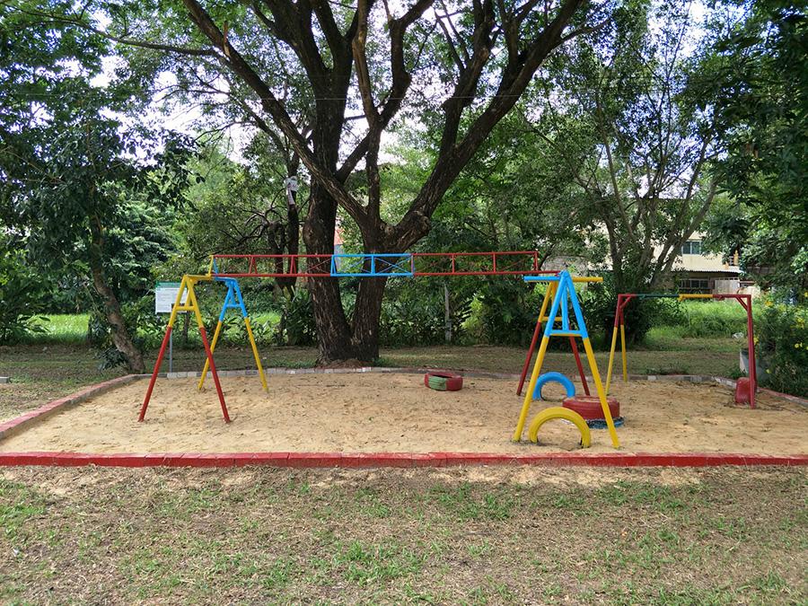 ตัวอย่างการนำวัสดุเหลือใช้จากโรงงานและชุมชน มาประยุกต์เป็นเครื่องเล่นเด็กตามแนวทาง Circular Economy ณ โรงเรียนบ้านคำเจริญ จังหวัดอุบลราชธานี